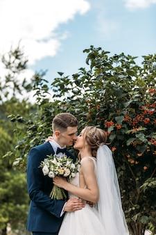 Szczęśliwa potomstwo para stoi wpólnie w ich dniu ślubu