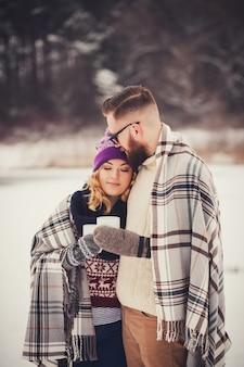 Szczęśliwa potomstwo para w zima parku