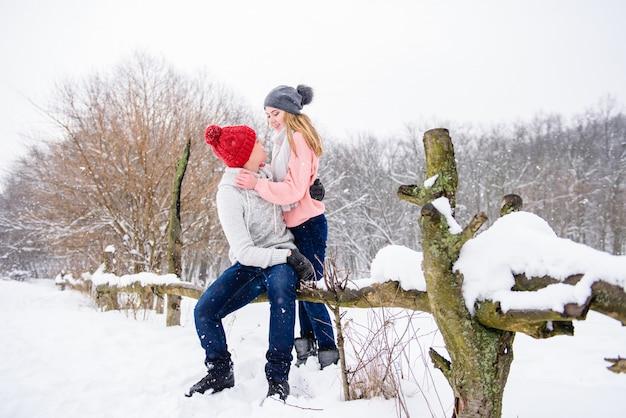 Szczęśliwa potomstwo para w zimie