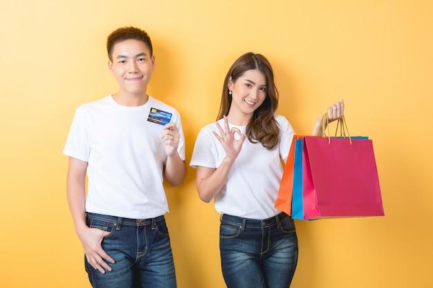 Szczęśliwa potomstwo para z torba na zakupy