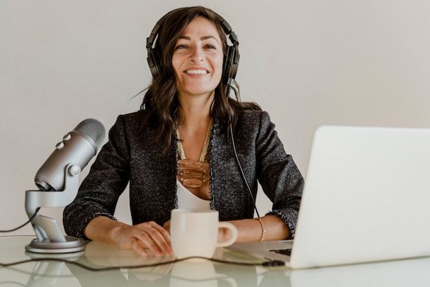 Szczęśliwa prezenterka radiowa nadaje na żywo w studiu