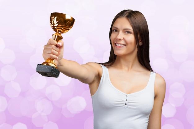 Szczęśliwa przypadkowa kobieta pokazuje jej dużego trofeum