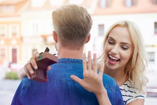 Szczęśliwa przyszła panna młoda z pierścionkiem zaręczynowym