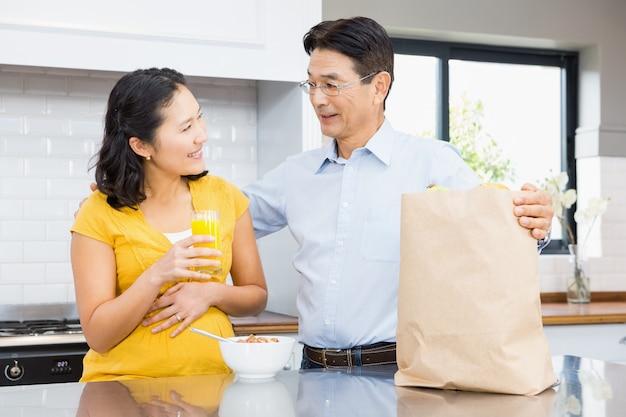 Szczęśliwa przyszła para w kuchni rano