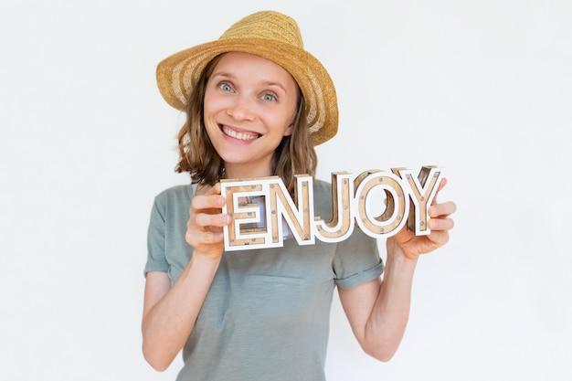 Szczęśliwa radosna kobieta jest ubranym lato słomianego kapelusz