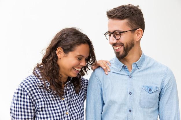 Szczęśliwa radosna para rozmawia i śmieje się
