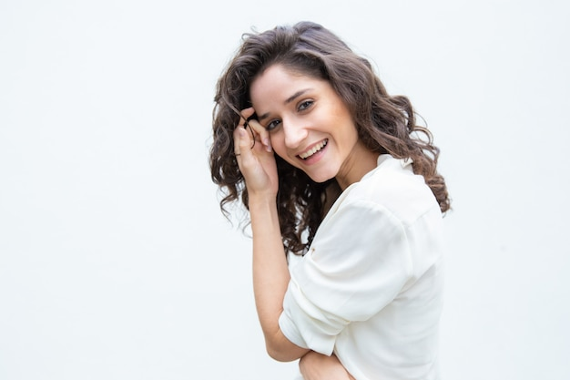 Szczęśliwa radosna piękna kobieta dotyka skóry twarzy