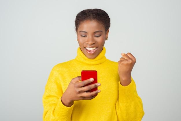 Szczęśliwa radosna wiadomość telefonu komórkowego użytkownika wiadomości sms