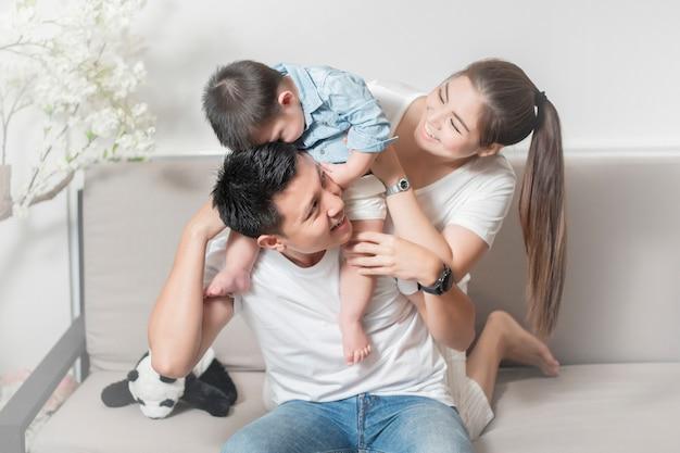 Szczęśliwa rodzina azjatycka cieszy się z synem w domu