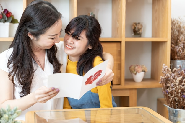 Szczęśliwa rodzina azjatycka. koncepcja dnia matki