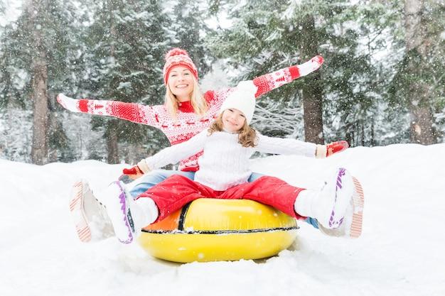 Szczęśliwa rodzina bawi się na świeżym powietrzu matka i dziecko bawią się zimą aktywny zdrowy styl życia