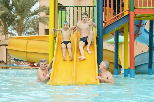 Szczęśliwa rodzina bawi się razem w basenie?