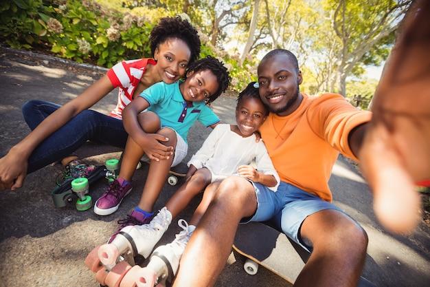 Szczęśliwa rodzina bierze selfie