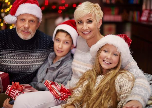 Szczęśliwa rodzina ciesząc się czasem bożego narodzenia