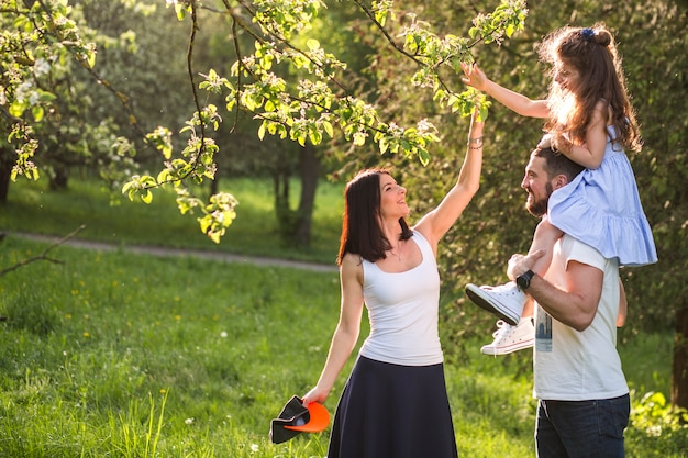 Szczęśliwa rodzina cieszy się w parku