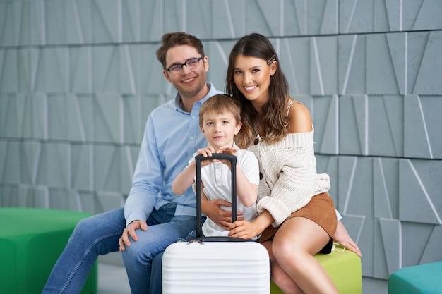 Szczęśliwa rodzina czeka w holu hotelu?
