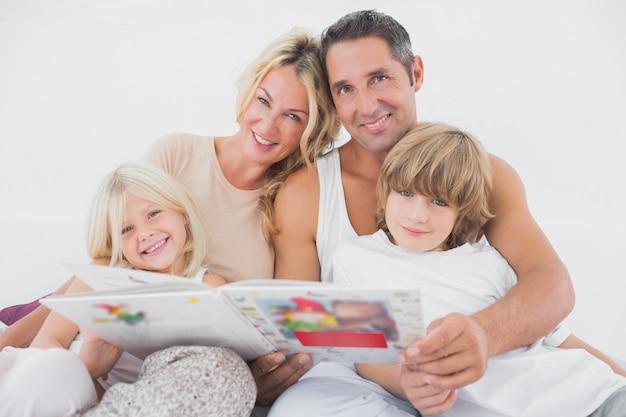 Szczęśliwa rodzina czyta bajkę razem