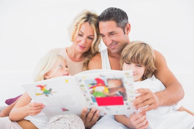 Szczęśliwa rodzina czyta opowieść wpólnie