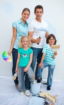 Szczęśliwa rodzina dekoruje ich nowego dom