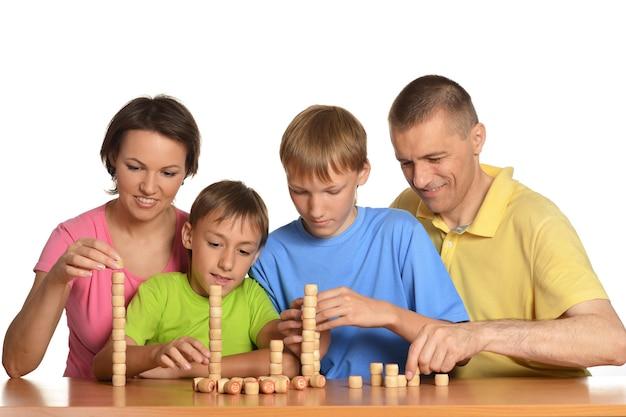 Szczęśliwa rodzina gra na białym tle