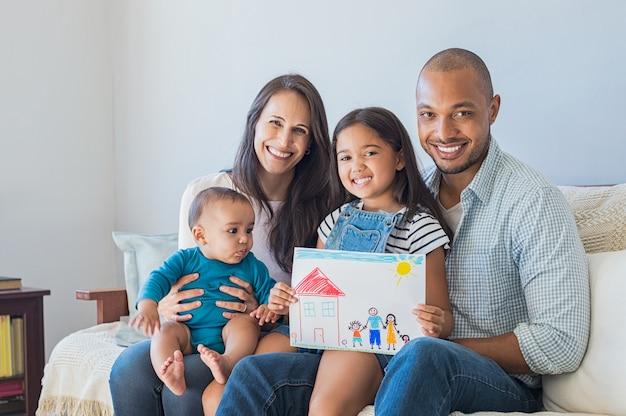 Szczęśliwa rodzina i nowy dom