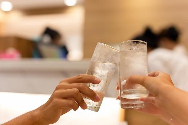 Szczęśliwa rodzina i przyjaciele ma obiadowego przyjęcia clinking napój.