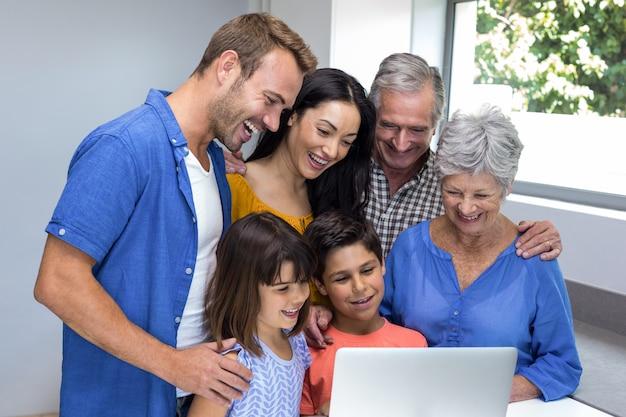 Szczęśliwa rodzina interakcji za pomocą laptopa