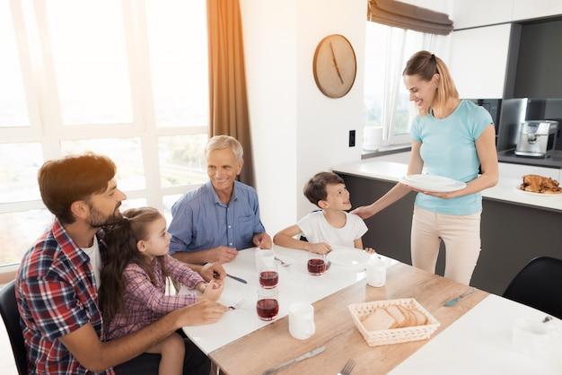 Szczęśliwa rodzina je pyszne jedzenie. rodzinny obiad.