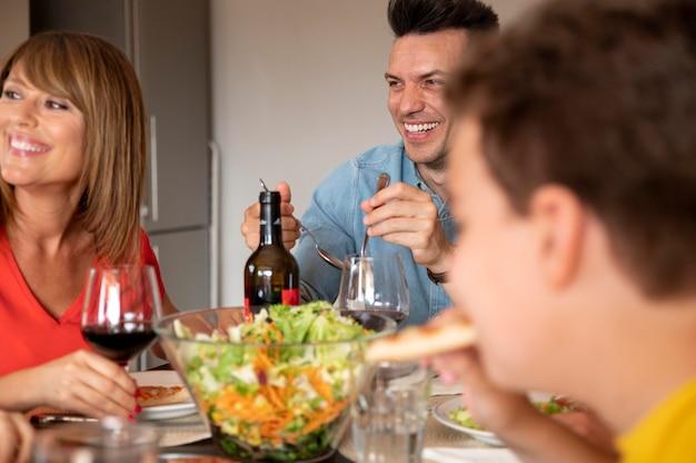 Szczęśliwa rodzina jedząca obiad razem w domu?