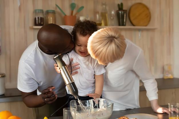 Szczęśliwa rodzina jedząca obiad, różne narodowości