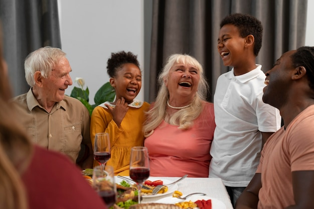 Szczęśliwa rodzina jedząca razem miłą kolację dziękczynną