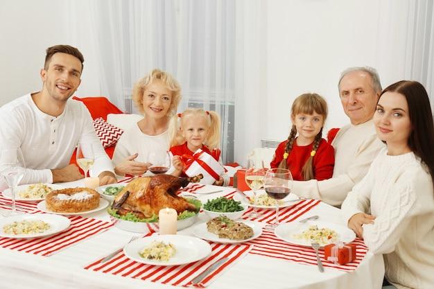 Szczęśliwa Rodzina Jedząca świąteczny Obiad W Salonie Premium Zdjęcia