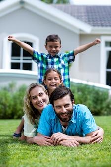 Szczęśliwa rodzina leżące jedna na drugiej w stoczni