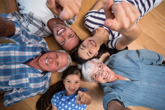 Szczęśliwa rodzina leżącego na podłodze