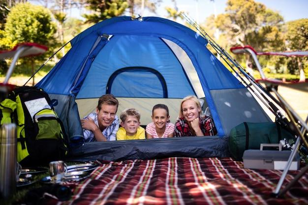 Szczęśliwa rodzina leży w namiocie