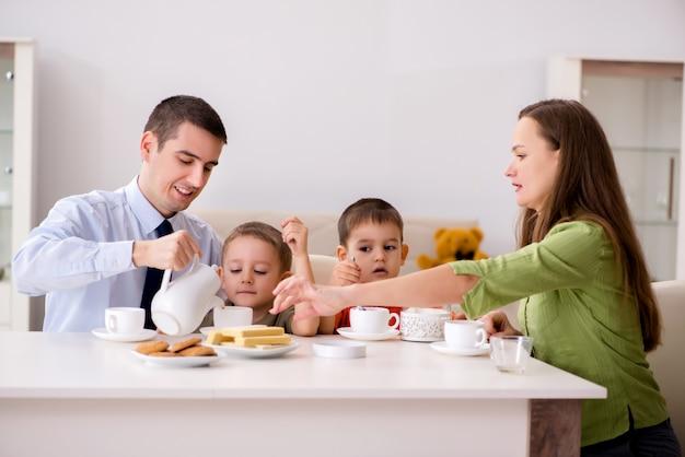 Szczęśliwa rodzina ma śniadanie wpólnie w domu