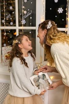 Szczęśliwa rodzina matka i córka dziecka w świąteczny wieczór