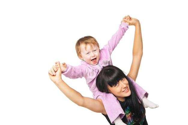 Szczęśliwa rodzina. matka trzyma swoje dziecko na białym tle
