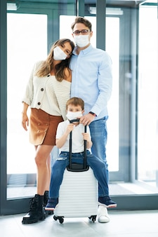 Szczęśliwa rodzina melduje się w hotelu?