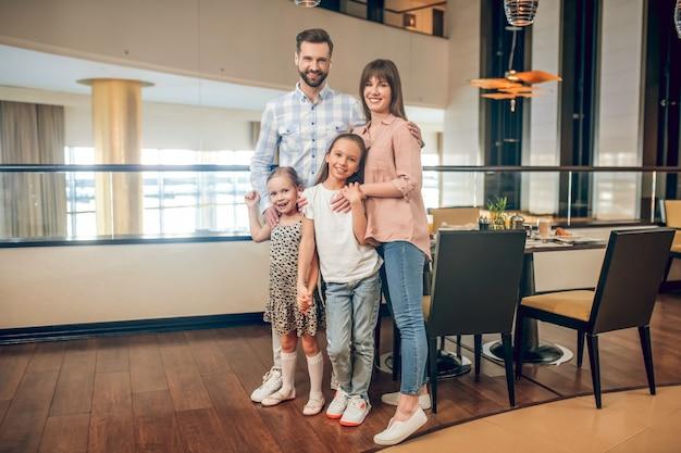 Szczęśliwa rodzina. młoda słodka rodzina stoi i szuka szczęśliwy