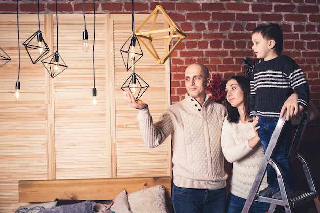 Szczęśliwa rodzina na boże narodzenie w pobliżu zabytkowych lamp.
