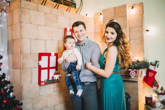 Szczęśliwa rodzina na boże narodzenie z prezentami