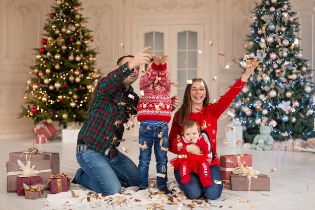 Szczęśliwa rodzina na boże narodzenie