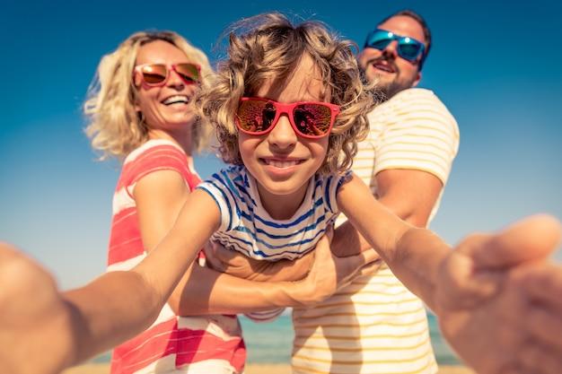 Szczęśliwa rodzina na letnich wakacjach ludzie bawią się na plaży aktywny zdrowy styl życia