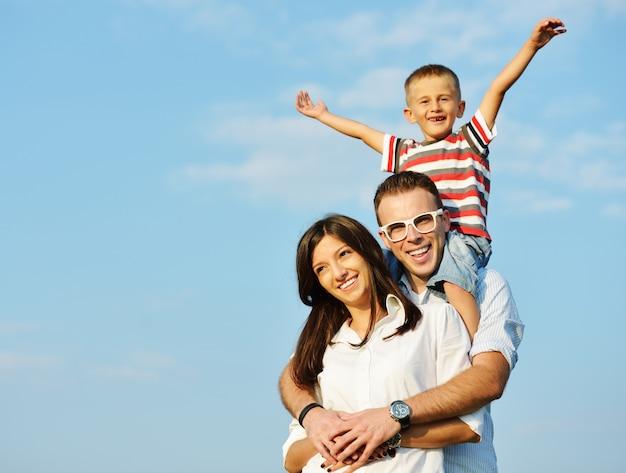 Szczęśliwa rodzina na pięknej lato łące ma szczęśliwego czas