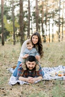 Szczęśliwa rodzina na pikniku w lesie
