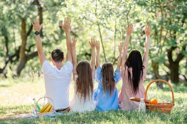 Szczęśliwa rodzina na pikniku w parku w słoneczny dzień