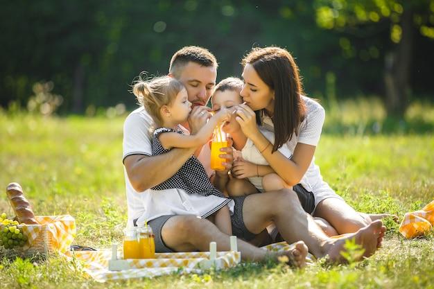 Szczęśliwa rodzina na pikniku
