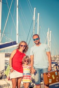 Szczęśliwa rodzina na plaży koncepcja letnich podróży i wakacji