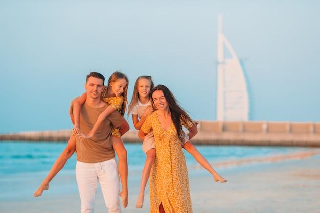 Szczęśliwa rodzina na plaży podczas letnich wakacji